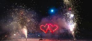 Pokazy fajerwerków na wesele z płonoącymi sercami wzbogaconymi o fontanny.